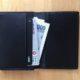 胸ポケットに入る無印良品のヌメ革カードケースをミニマルな財布として使う
